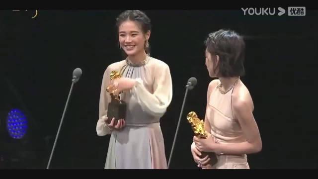 周冬雨 马思纯同时获得最佳女主角奖项,两人牵手领奖发表感言