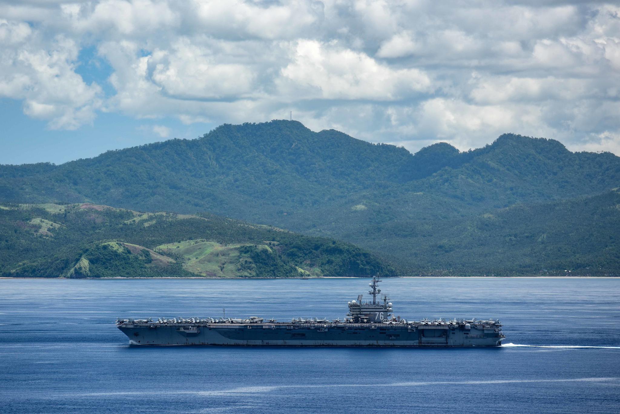 7月3日,美国海军罗纳德.里根号航空母舰穿过圣贝纳迪诺海峡