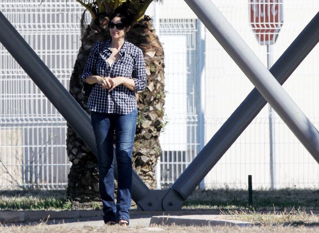 莫妮卡·贝鲁奇夏季穿搭,格仔衬衫搭配牛仔裤,依旧女神范