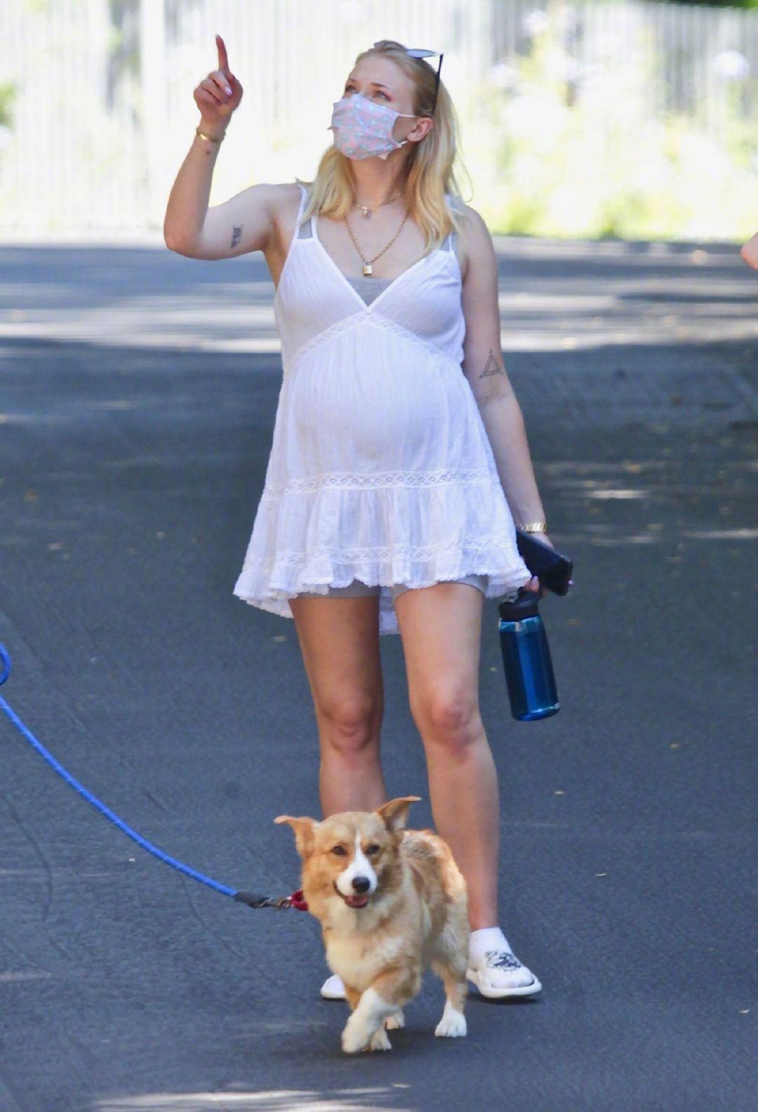 苏菲·特纳(Sophie Turner )脚穿Kenzo 拖鞋和老公Joe及父母现身洛杉