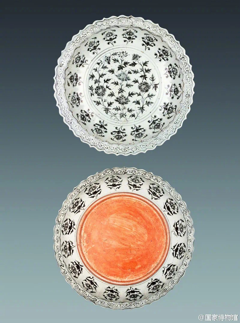 牡丹,国色天香。瓷器装饰牡丹纹有折枝、缠枝、串枝等形式