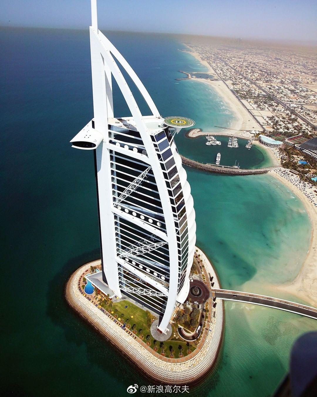 2004年迪拜沙漠精英赛,伍兹在迪拜帆船酒店停机坪为赛事开球