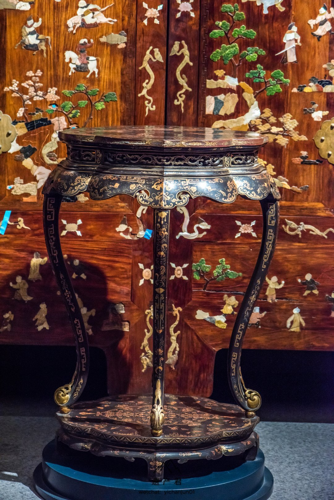 故宫博物院藏· 清代黑漆描金山水图葵花形几