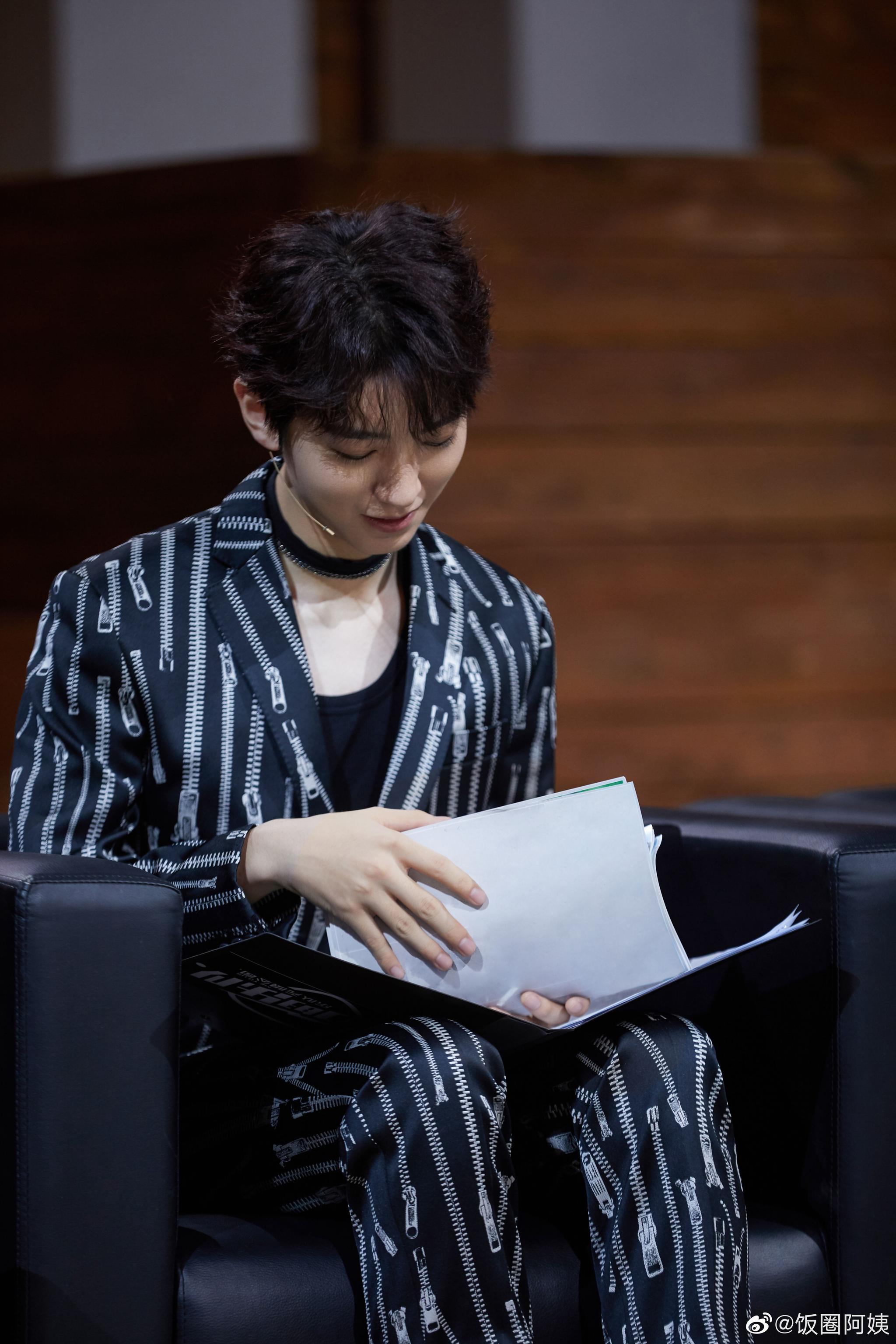 王俊凯《我们的乐队》choker黑西装太惊艳了!个性潇洒,酷感十足