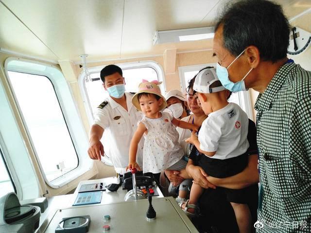 迎中国航海日,丹东海事局开放趸船和海巡船