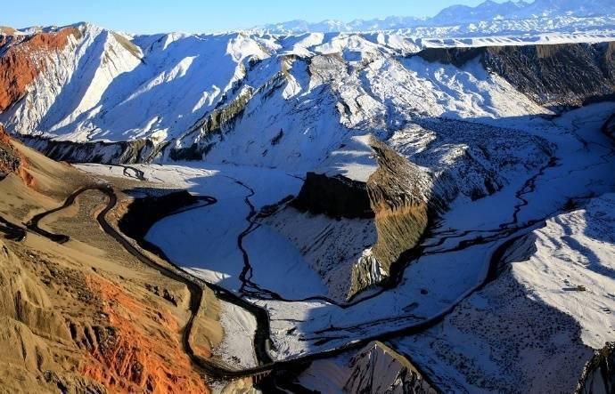 新疆天山北坡的安集海大峡谷,色彩丰富,层次分明
