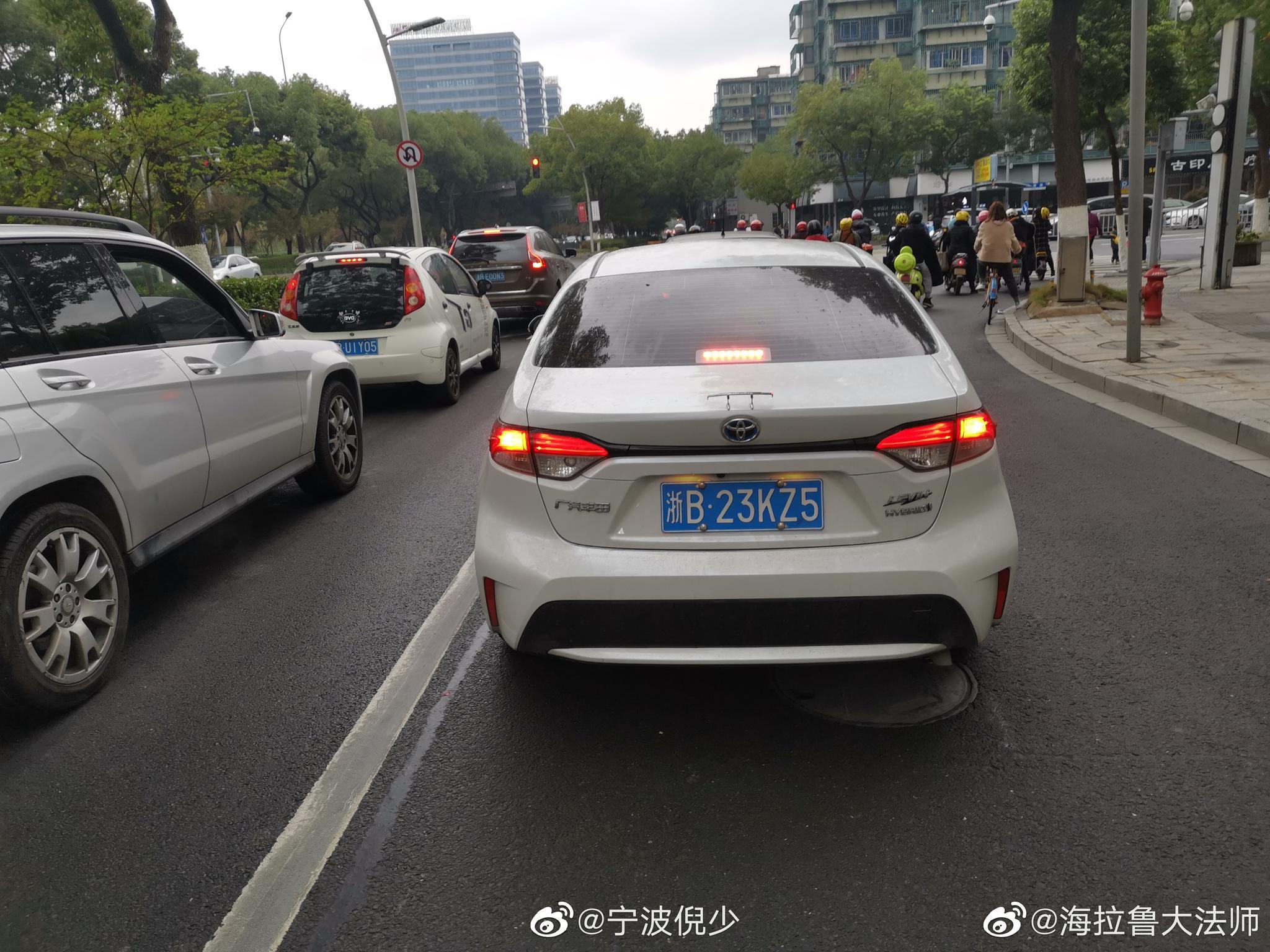 投稿:该车在红灯,斑马线处未礼让行人,且行驶在非机动车道…………