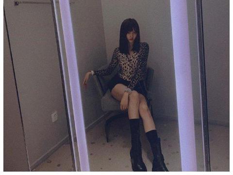 关晓彤穿衣风格越来越火辣,豹纹短衫配超短裤,腰细腿长堪比超模