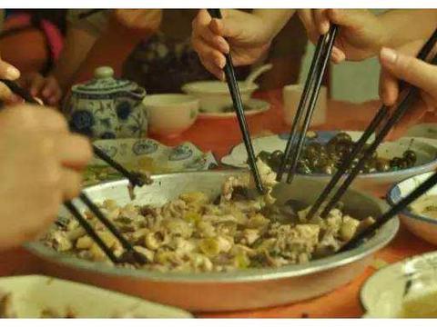 黄晓明张亮为赵丽颖澄清,却实锤了其扒拉菜盘子,网友:猪队友