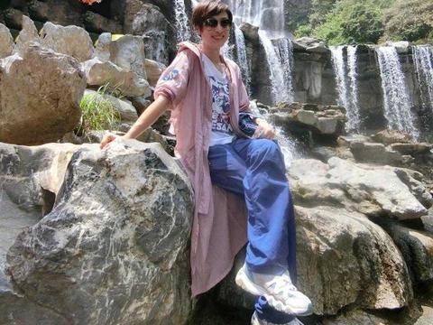 陈法蓉去旅游穿得真时髦,粉色长外套青春靓丽,让人猜不出她几岁
