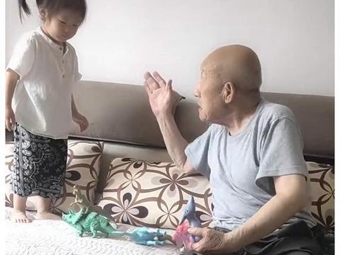 4岁宝宝与83岁太爷争玩具,奶奶不知该帮谁,网友:两个都惹不起
