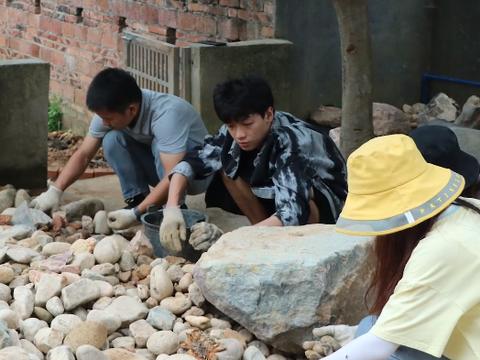 """大学老师在村里靠捡废品""""装修别墅"""",学生:我们都叫他包工头"""