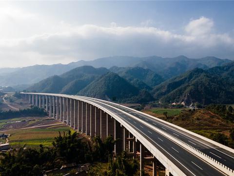 """从茶马古道到发展""""快车道""""——云南16个州市全部通高速"""