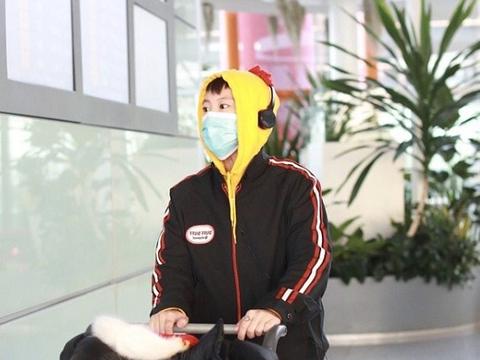 """窦靖童还是这么时髦!穿""""鸡冠卫衣""""走机场,时尚衣品不输王菲"""
