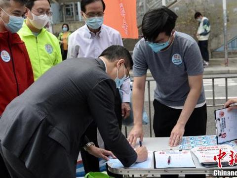 香港教育局局长杨润雄签名支持完善选举制度