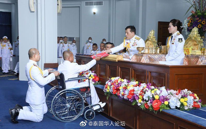 泰国国王为军校毕业生颁发毕业证书