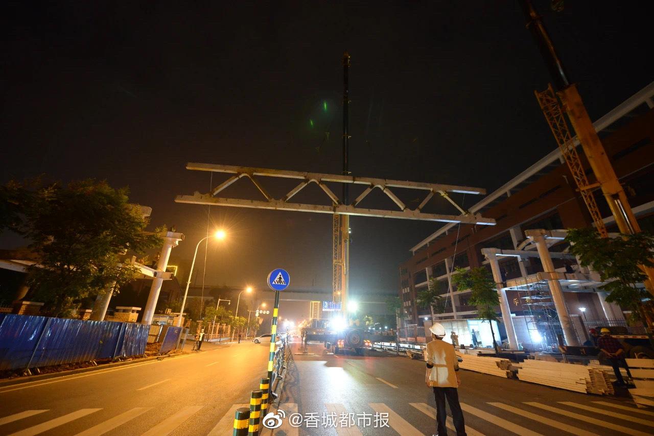 今天凌晨,咸宁城区首座钢结构人行天桥主体吊装合龙