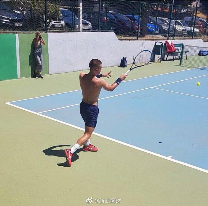 丘里奇已经重返网球场训练,看来恢复得不错啊!