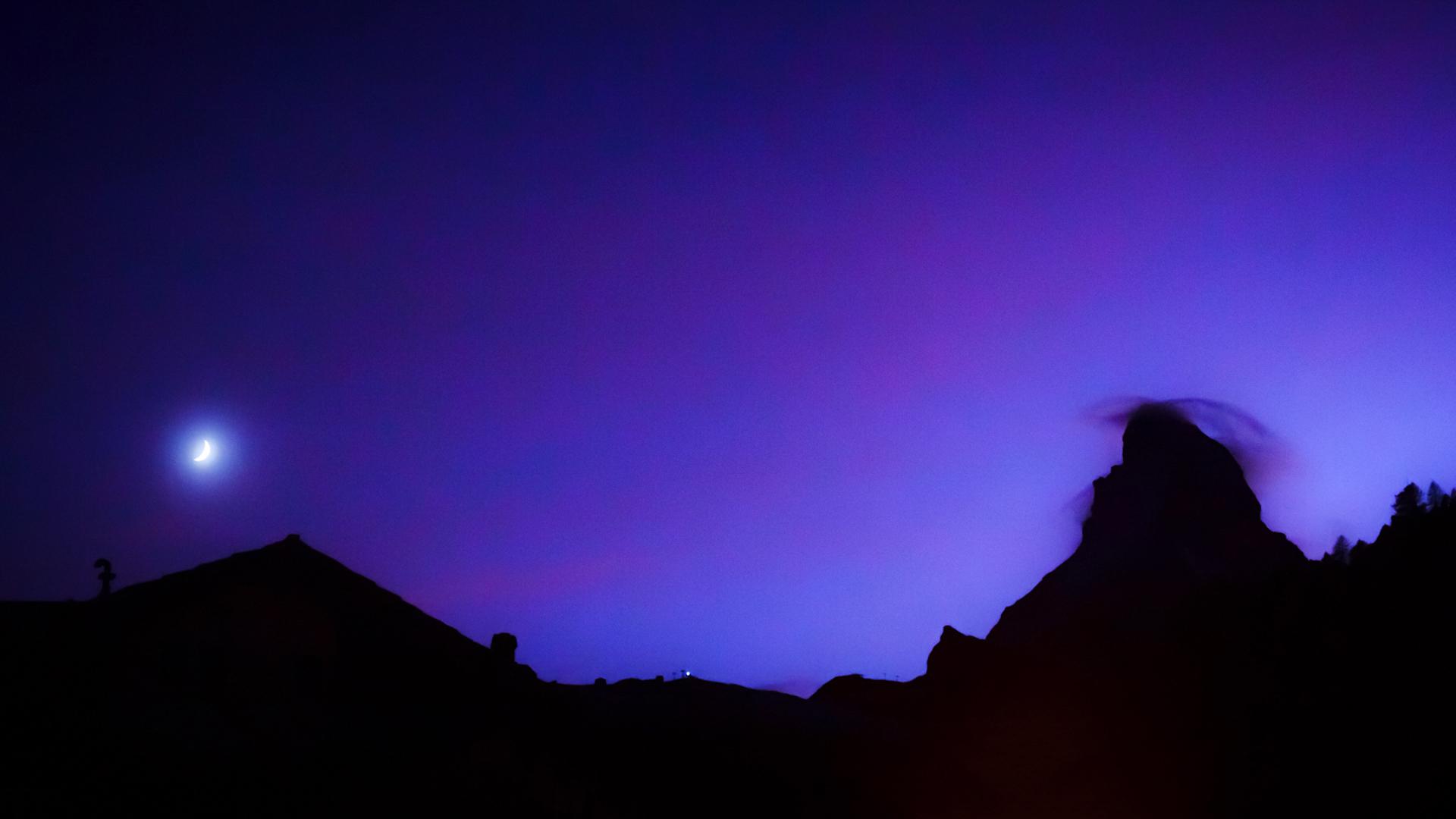 瑞士采耳马特山区的星空绚烂多姿,一弯月儿与马特洪峰遥遥相望~