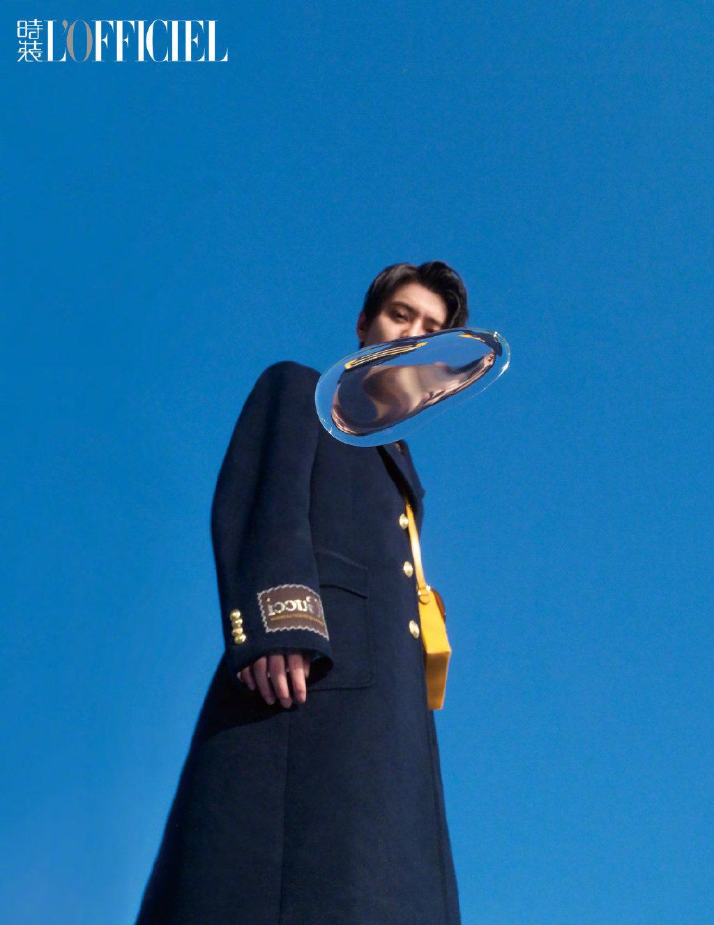 鹿晗穿着文艺复古的Gucci服饰,在初夏湖畔,宛若初见的少年模样
