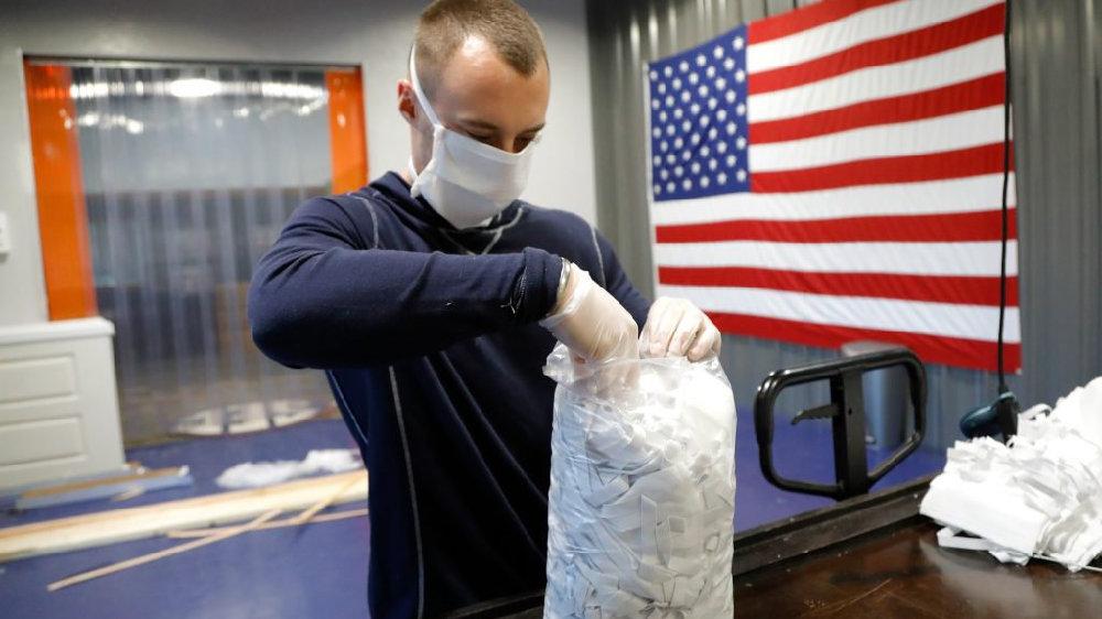美国小企业转向生产帮助抗击新冠病毒病的产品