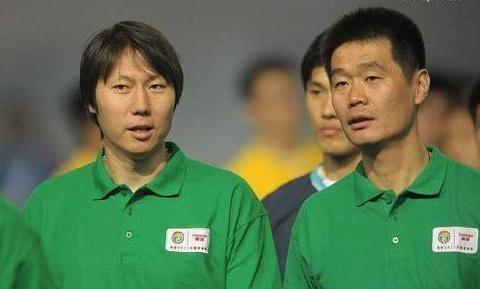 武汉队2平1负,场面上踢得也难看,李霄鹏比起李铁差在哪里?