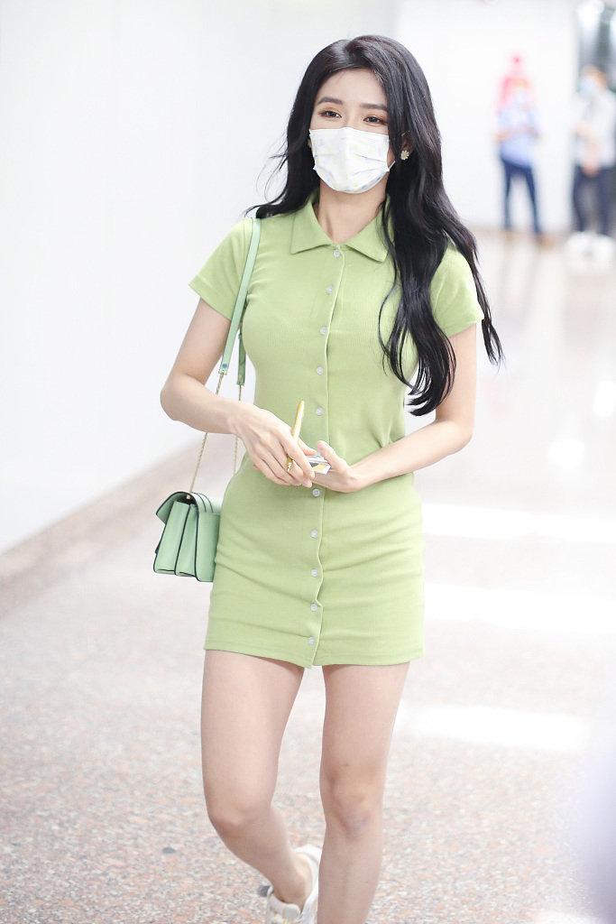 近日,《青你2》训练生蔡卓宜现身北京机场