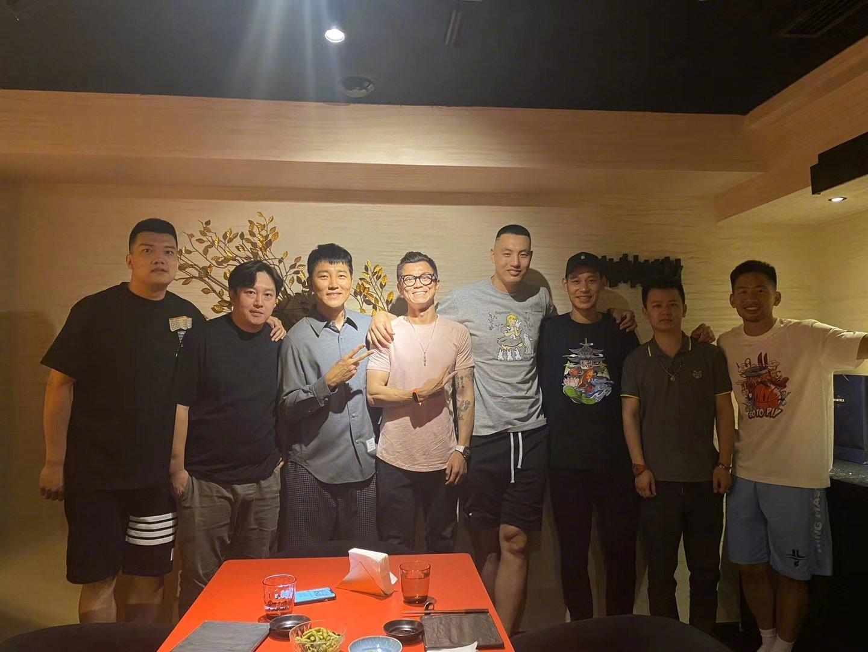 北京男篮部分队员昨天与车手@陈震同学 聚餐