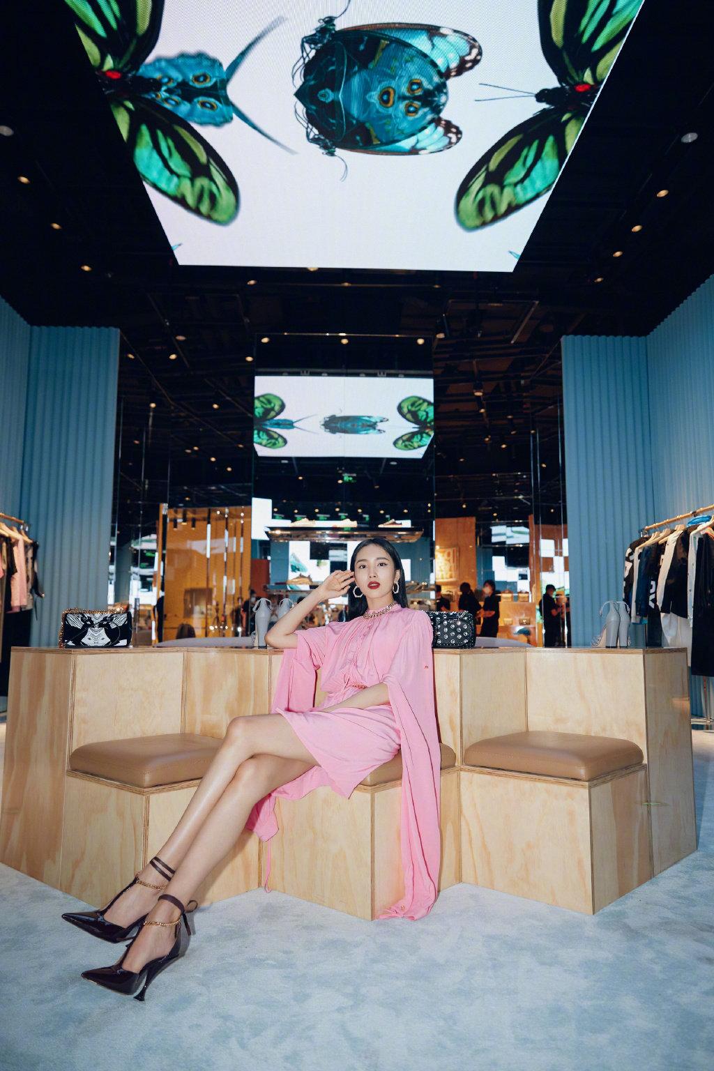 王紫璇穿着粉色丝质纱裙,利落黑发配深色红唇