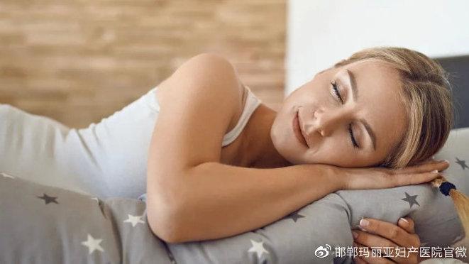 孕妈妈们在怀孕期间是什么姿势睡觉的呢?孕妈们一定要好好看看。
