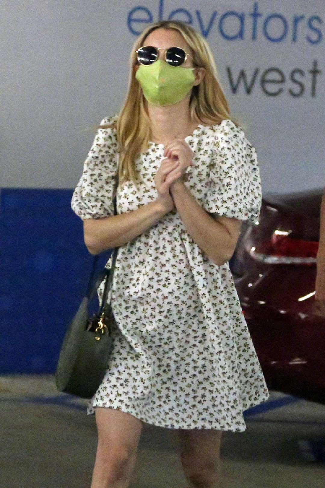当地时间7月6日,艾玛·罗伯茨(Emma Roberts)身穿印花短裙