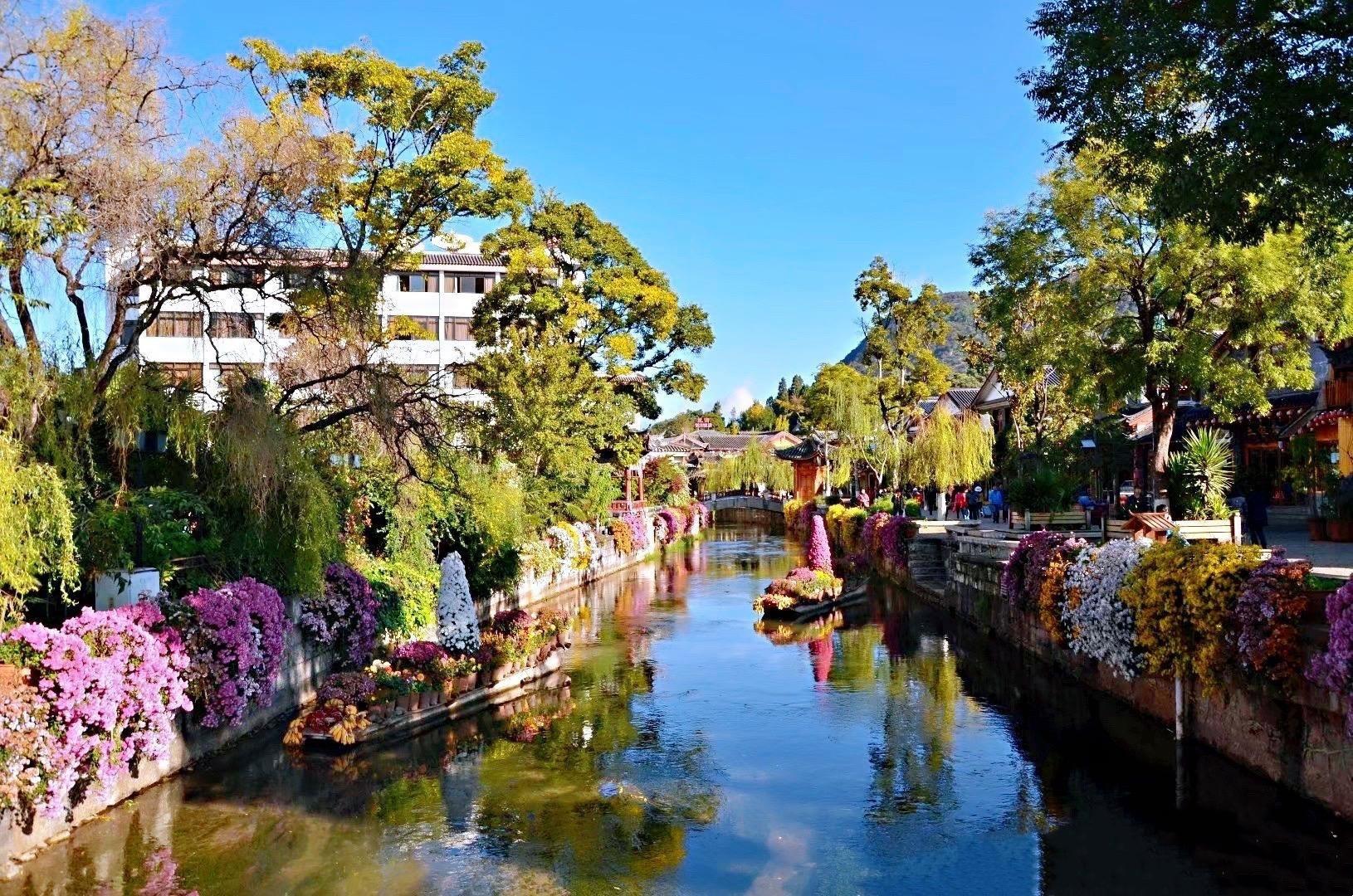 丽江古城,无处不在的小桥、流水、青石板,古色古香土木结构的房屋