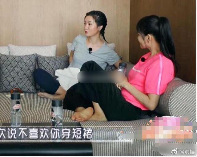伊能静光脚坐在沙发上聊天,当看清她的脚底板,这才是她真实肤色