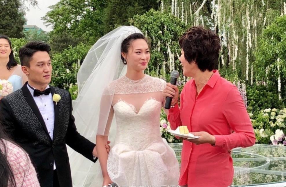 官宣怀孕!结婚3年,29岁排球女神成功升级,孩子身高引热议