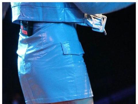 浴室歌姬黄玲!能穿低胸上台狂撩男星,摔到大腿淤青也不退场
