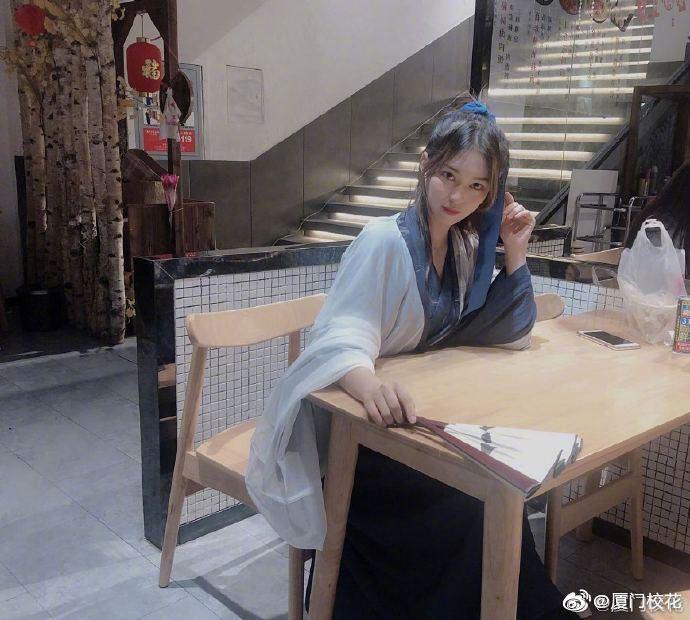 00年,就读于安徽省艺术职业学院,爱好跳舞,身高169cm,天蝎座