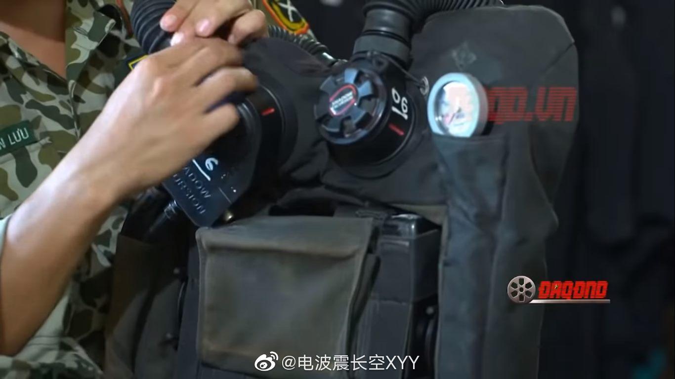检查循环水下呼吸机的越南人民军特工队员