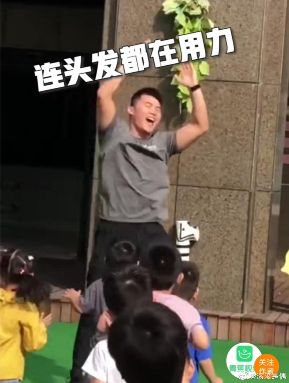 该幼师小哥哥名叫刘宁成,是幼儿园的外聘老师