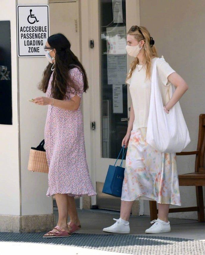 当地时间9月18日,Elle Fanning 和妈妈在洛杉矶外出购物的街拍