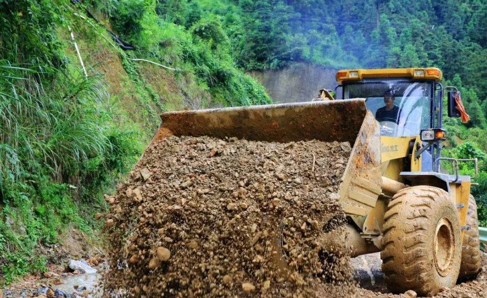 7月10日,榕江县平永、寨蒿、崇义等乡镇遭受强降雨,多条公路中断