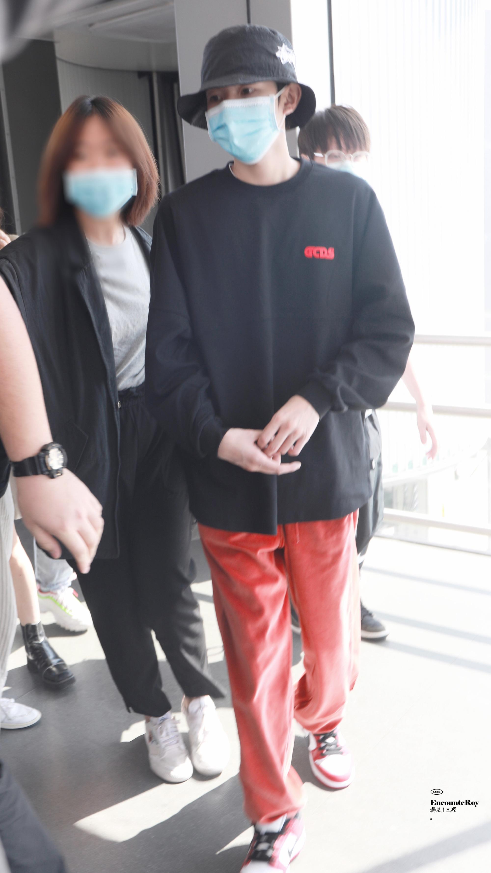一身黑色卫衣+红色休闲裤