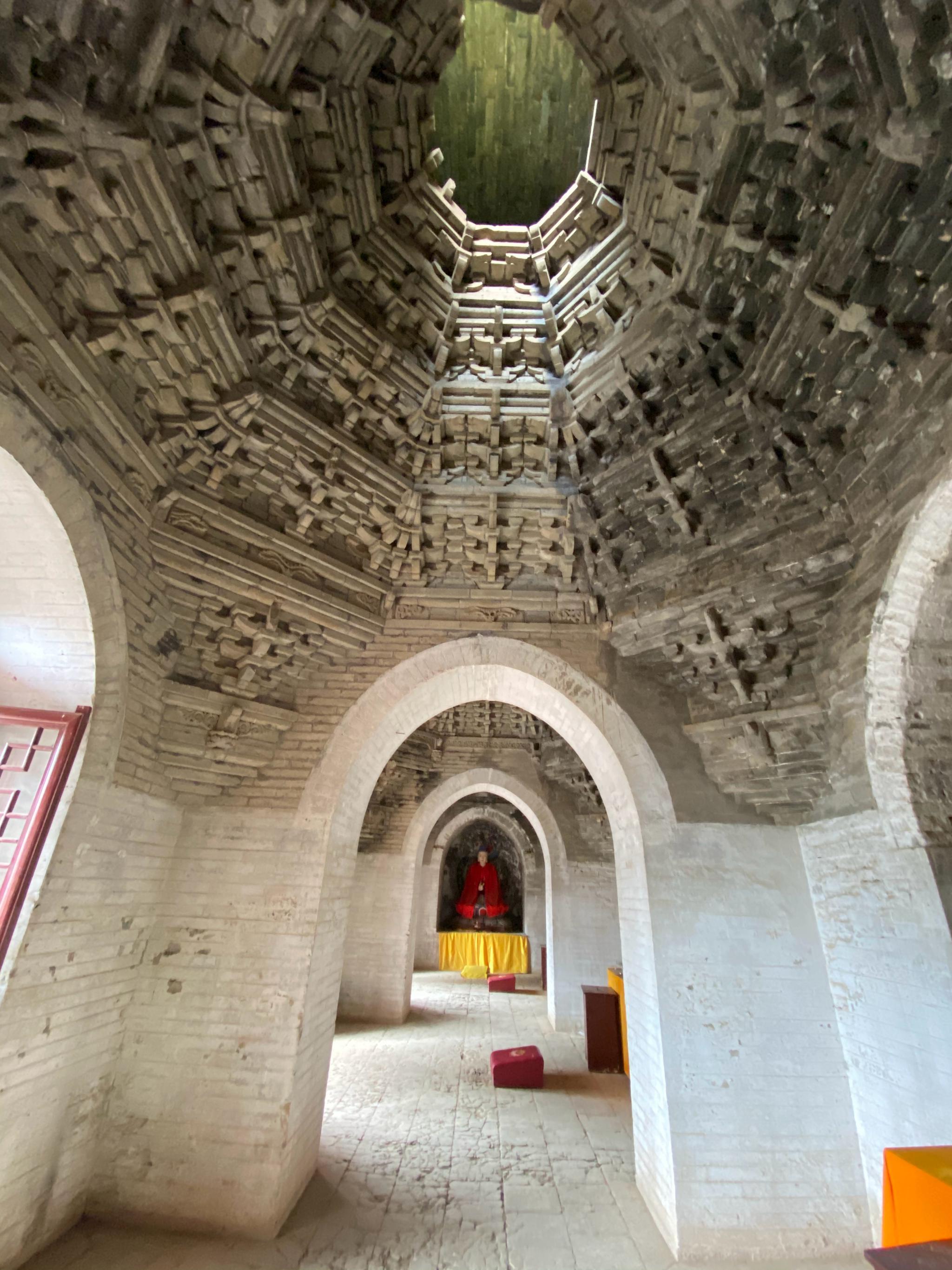 山西万固寺的明代无梁殿,全部用砖砌成的两层楼阁式建筑