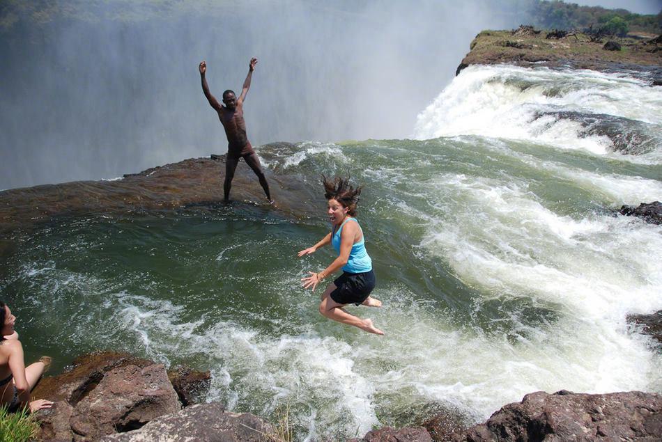 """令人叹为观止的""""魔鬼游泳池"""",地处110米高的维多利亚瀑布顶部"""