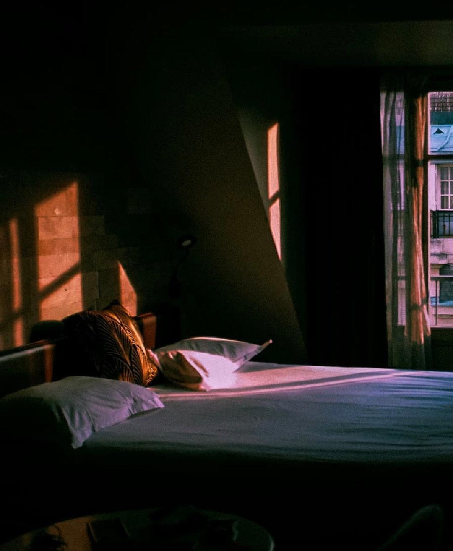 平行是一种相伴,也是种持久的孤独。