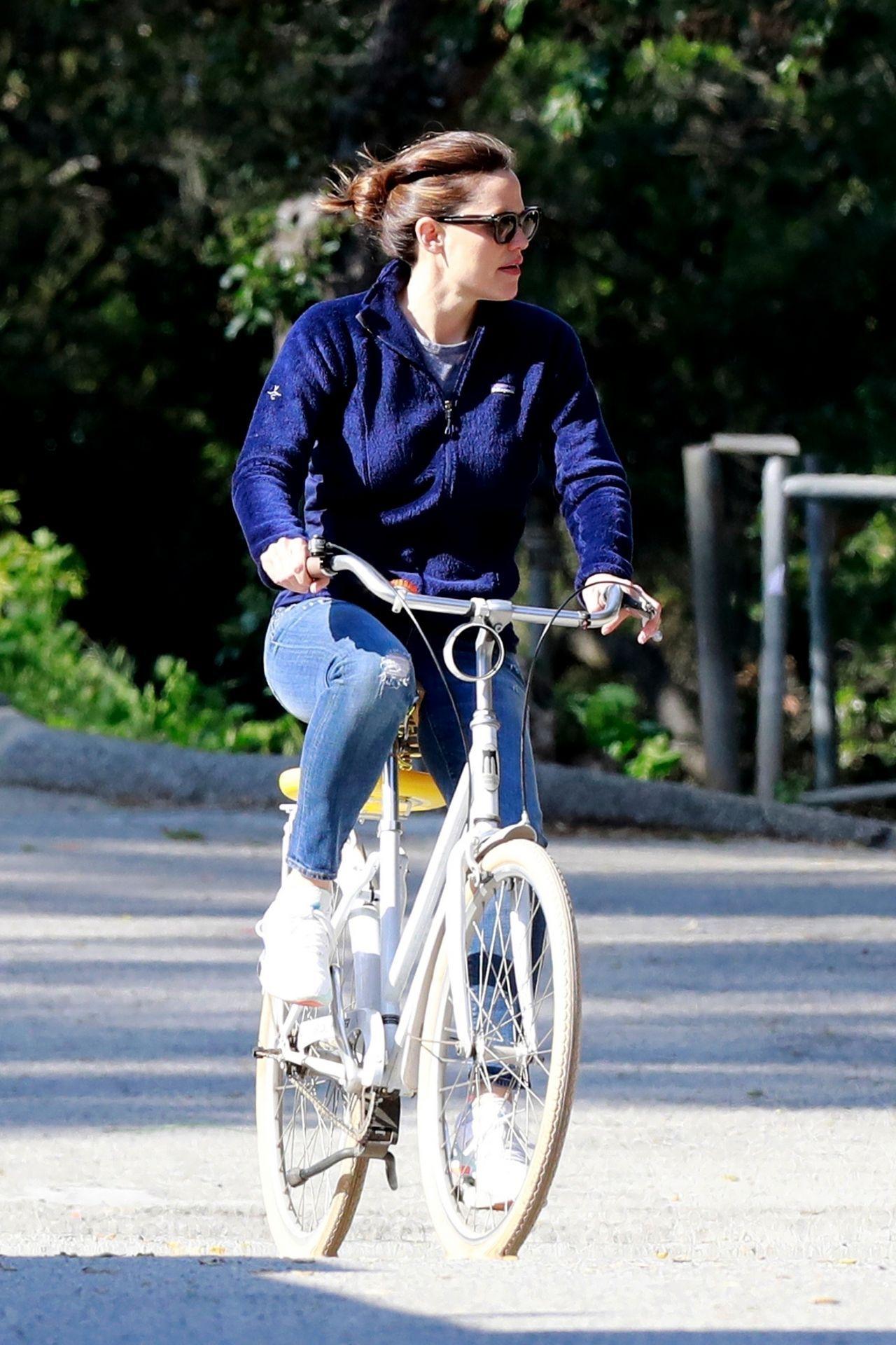 詹妮弗·加纳(Jennifer Garner)–在洛杉矶街头骑自行车03/31/2020