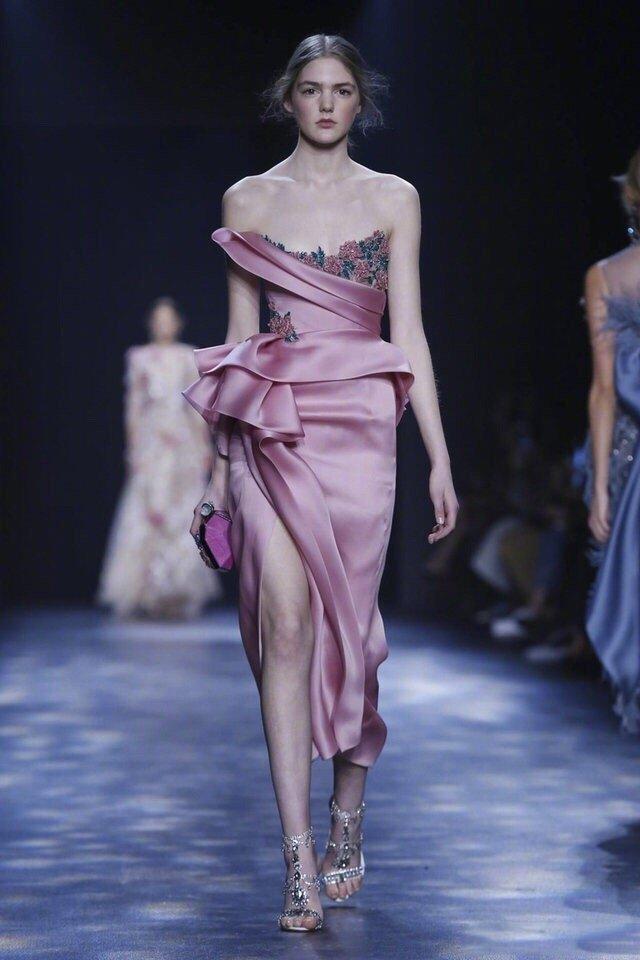 英国仙女牌 Marchesa的礼服,做工精致华贵,每一套都仿佛仙女~