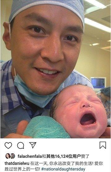 吴彦祖在社交账号上晒出了女儿刚出生时的照片