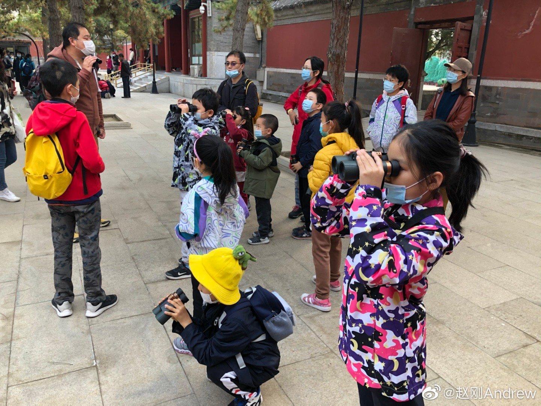 与爱人和孩子一起来到圆明园参加亲子动植物观赏活动