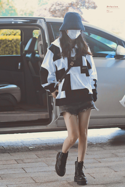 赵丽颖长沙机场出发饭拍图✈️今日份身穿黑白拼色卫衣+牛仔短裤+黑