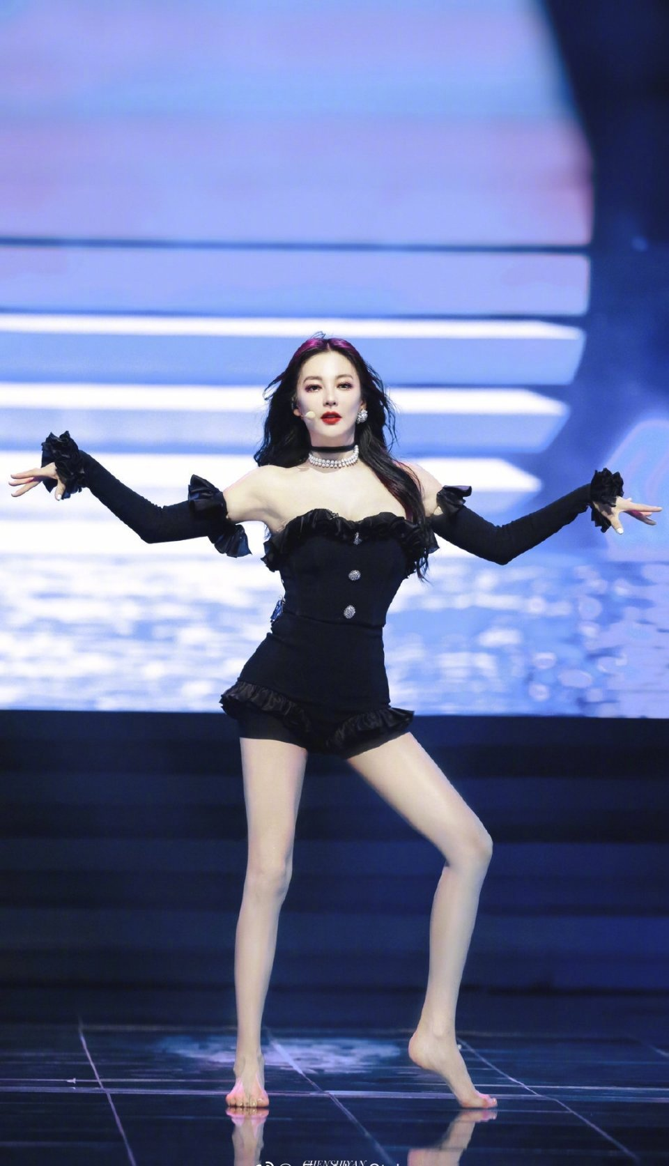 张雨绮舞台造型撞衫jennie,好美啊,有女团的感觉!!